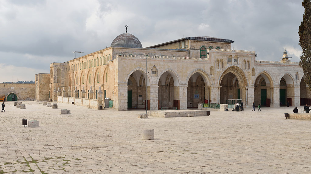 'Israeli' occupation authorities close the Abrahamic Mosque in front of worshipers, tighten measures around it and in Old al-Quds under the pretext of securing the settlers' festivals of Yom Kippur